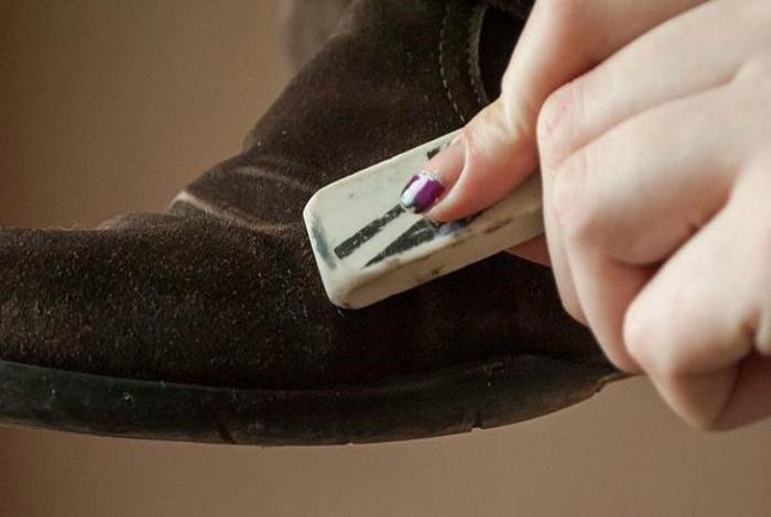Чистка замши ластиком. | Фото: art-textil.ru.