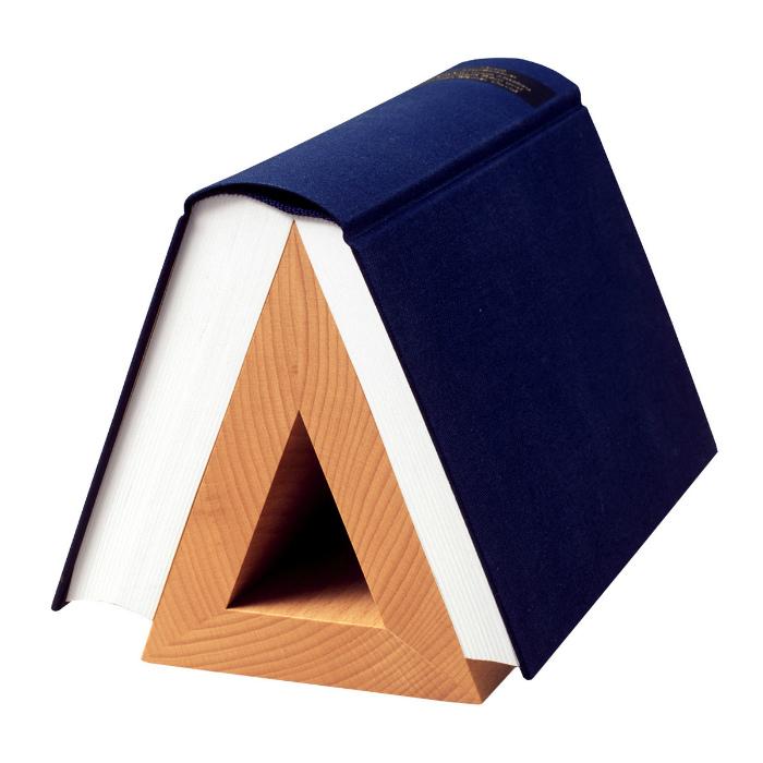 Деревянная подставка для книг. | Фото: Zefirka.