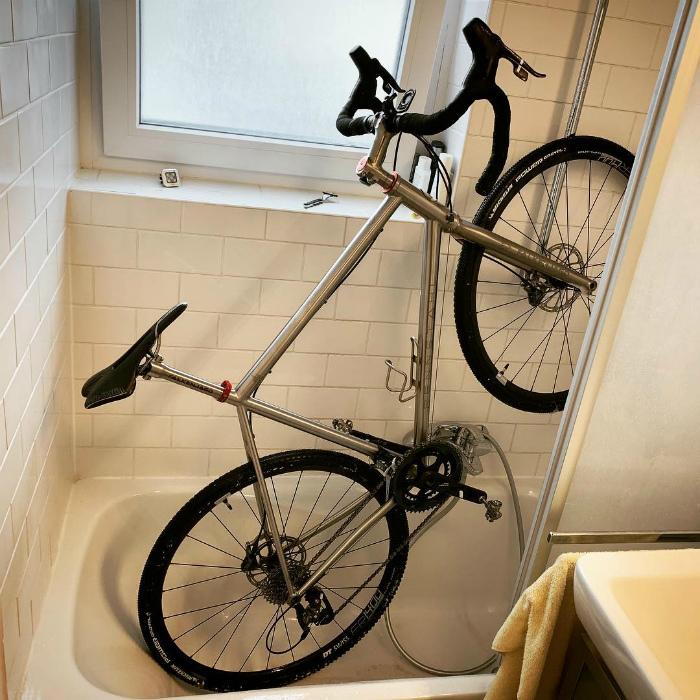 «Жаль, что нельзя затащить машину в ванну!» | Фото: Deskgram.