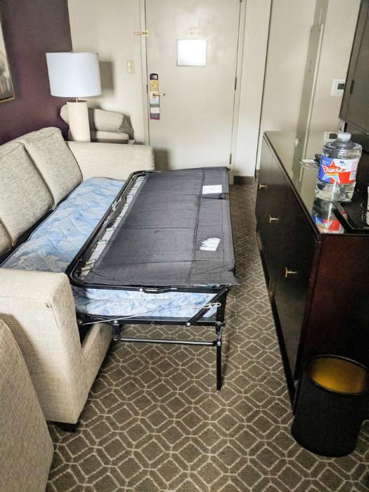 Это называется: «В номере большой раскладной диван».