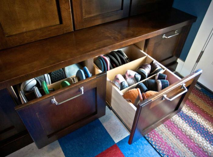 Вертикальное хранение в шкафчиках. | Фото: domovenokk.ru.
