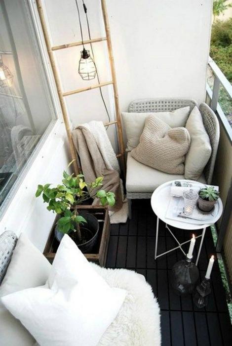Стильный интерьер крошечного балкона.