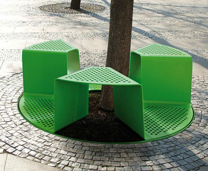 Скамейка вместо решетки для грунта. | Фото: Pinterest.
