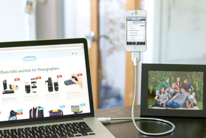 USB-шнур, который позволит подзарядит телефон и сделать идеальный снимок.