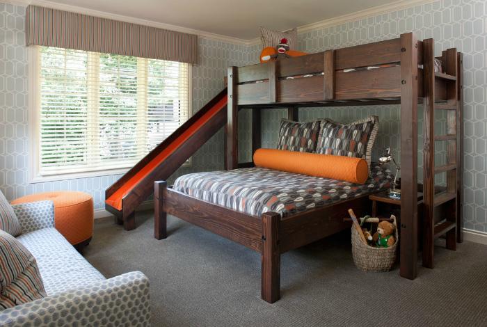 Двухъярусная кровать со столиком и горкой.