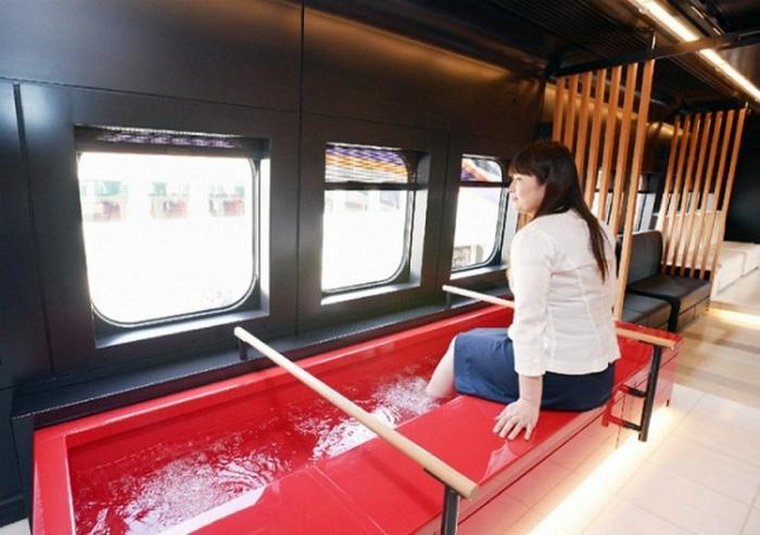 Ванна для ног в вагоне метро.