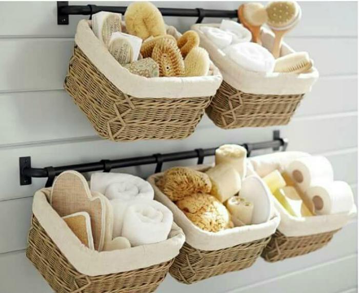 Подвесные плетеные корзинки в ванне.