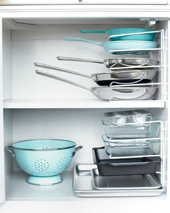 Выдвижные этажерки для посуды помогут сохранить порядок и компактно разместить тарелки и сковородки в кухонных шкафах.