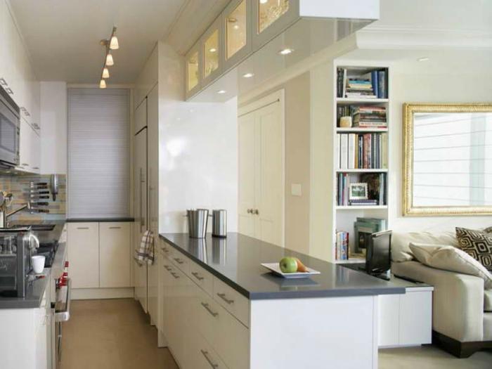 Светлая открытая кухня, объединенная с гостиной.