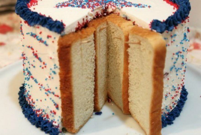 Чтобы разрезанный торт не черствел в холодильнике, зубочистками на срезе закрепите кусочки хлеба.