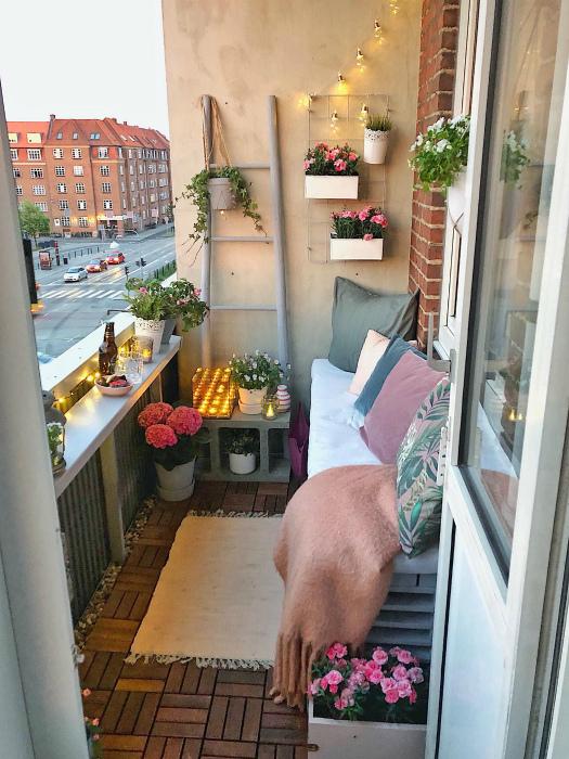 Открытый балкон с оригинальным освещением. | Фото: Pinterest.