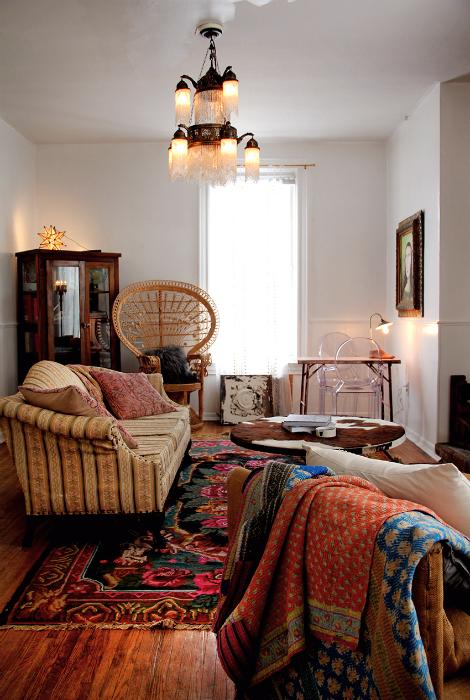 Гостиная с ретро-мебелью.
