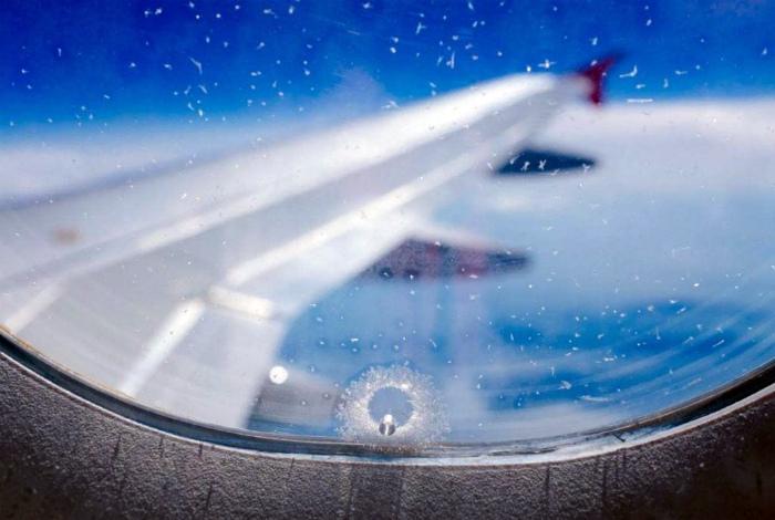 Небольшое отверстие может вызвать разгерметизацию самолета. | Фото: Билетик Аэро.