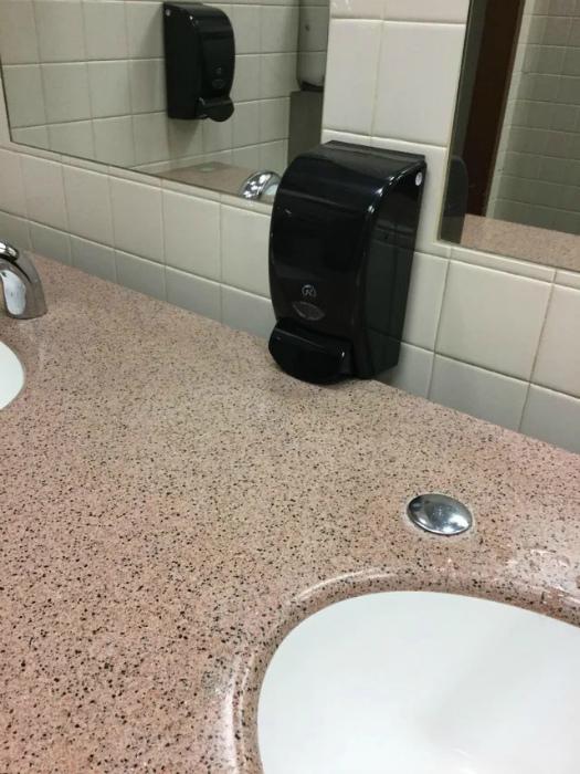 Как экономить мыло в общественном туалете. | Фото: veetrina.