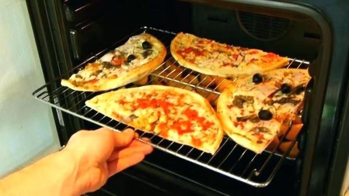 Две пиццы на одном противне.