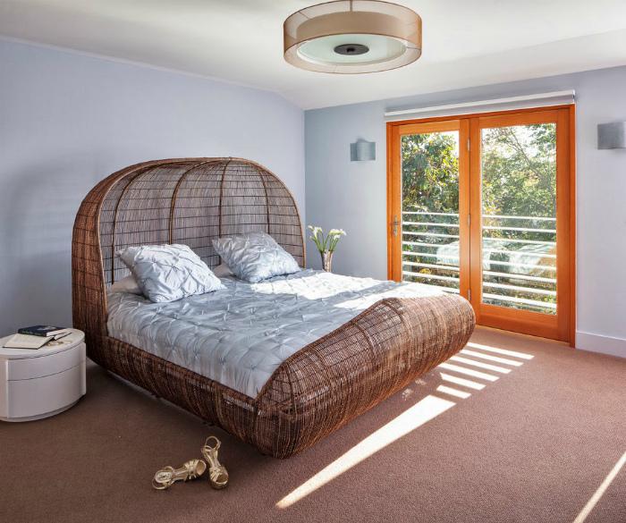 Плетеная кровать в тропическом стиле.