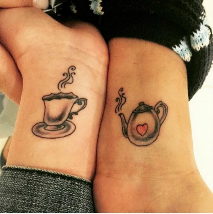 Татуировки с изображениями заварника и чашечки.