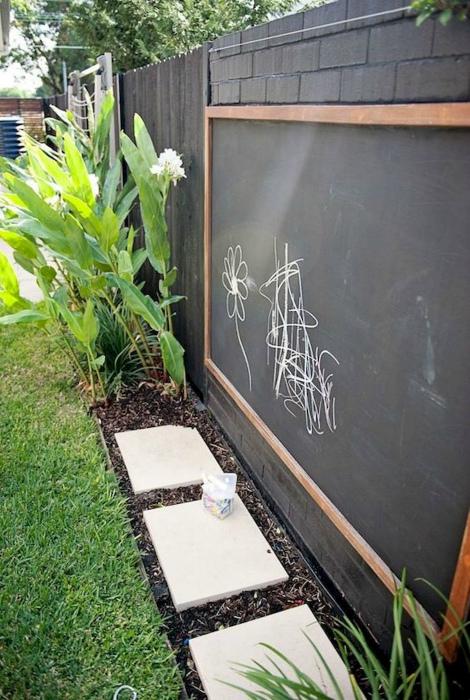 Грифельная доска во дворе.| Фото: Pinterest.