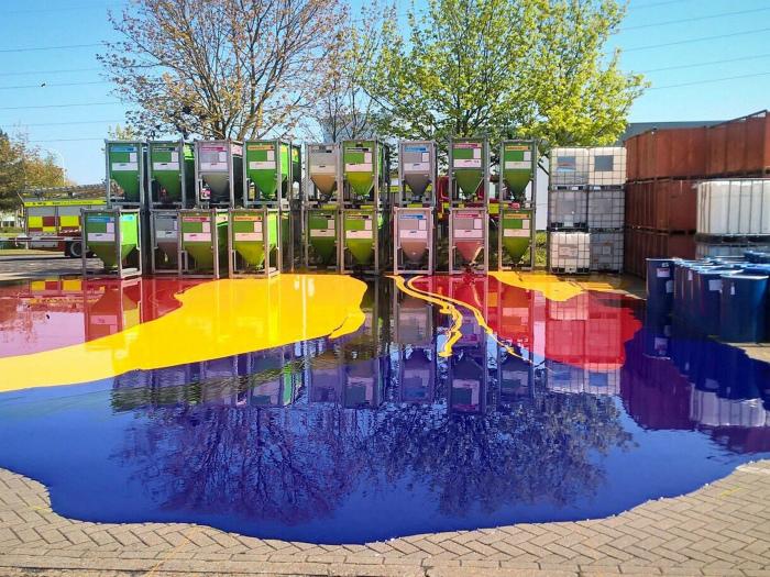 Неприятность на производстве красок. | Фото: Yahoo News.