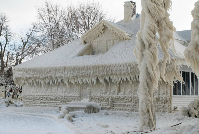 Дом у озера после шторма.   Фото: Pinterest.