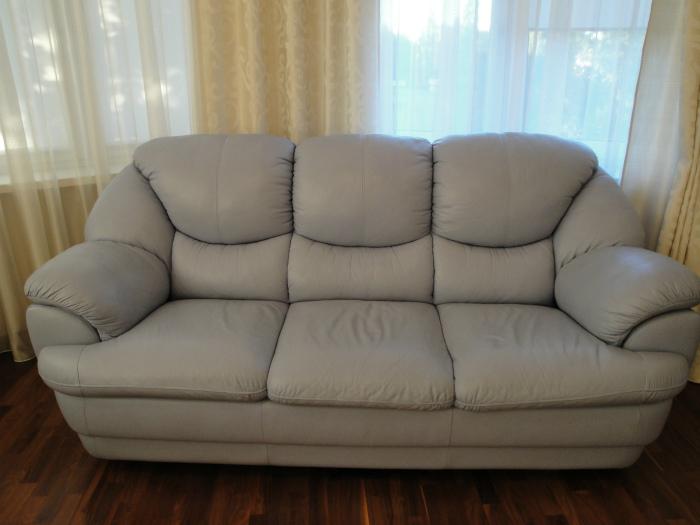 Поддержанный диван.