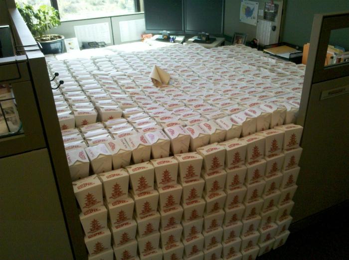 Складывайте все коробки от обедов в пустом кабинете, чтобы его хозяин потом оценил, как много он пропустил.