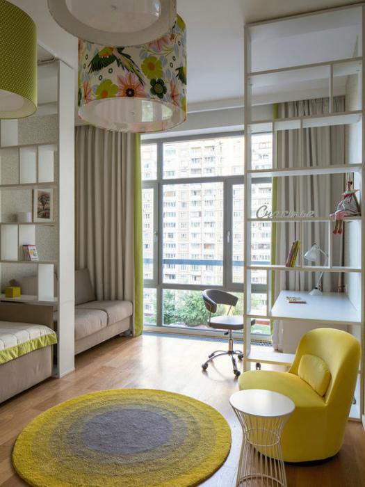 Уютная комната, разделенная на зоны.