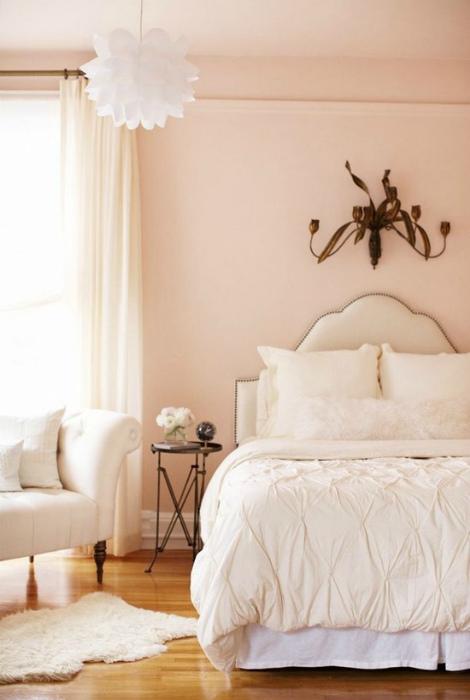 Спальня со светло персиковыми обоями.