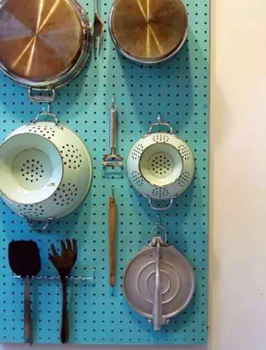 Доска-пегборд для хранения разнообразных вещей.