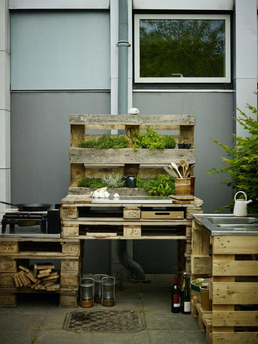 Летняя кухня из поддонов.