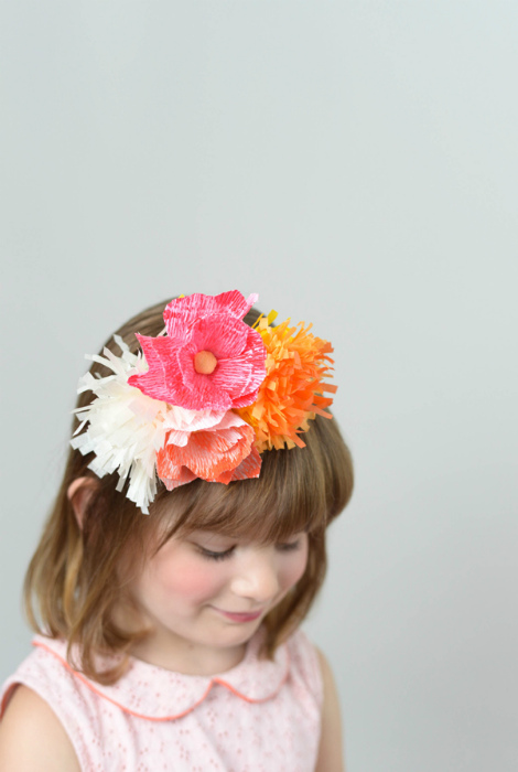 Ободок с бумажными цветами.