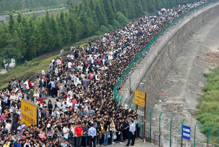 Несколько тысяч любопытных приезжих. | Фото: The Globe and Mail.