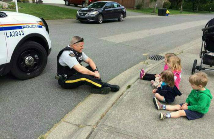 Полицейский рассказывает детям, как себя не стоит вести.