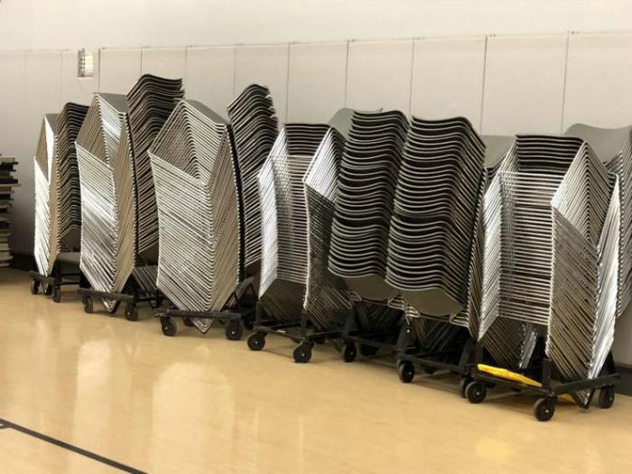 Сложенные стулья, которые выглядят, как голограмма. | Фото: Izismile.com.