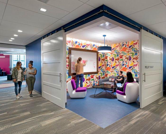 Жизнерадостный дизайн комнаты для переговоров.