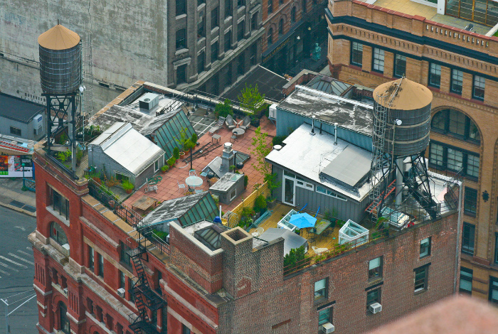 Простенькие дома на крыше многоэтажки.