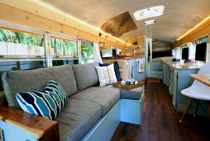 Комфортабельный салон школьного автобуса.