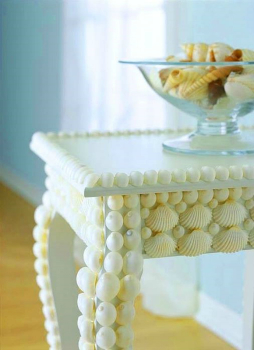 Декор стола ракушками.