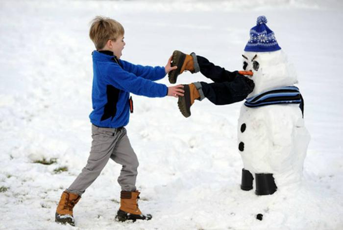 «Спасите! Снеговик пытается съесть моего брата!»