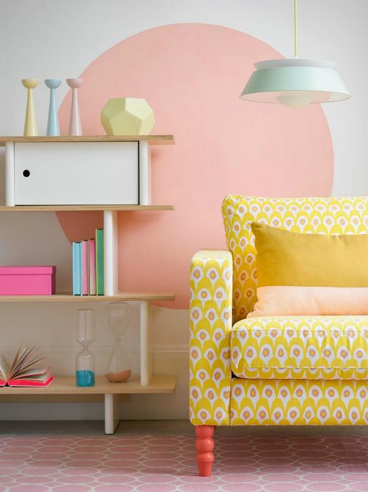 Желтая обивка дивана.