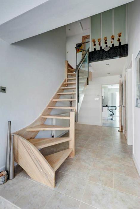 Извилистая лестница из дерева.