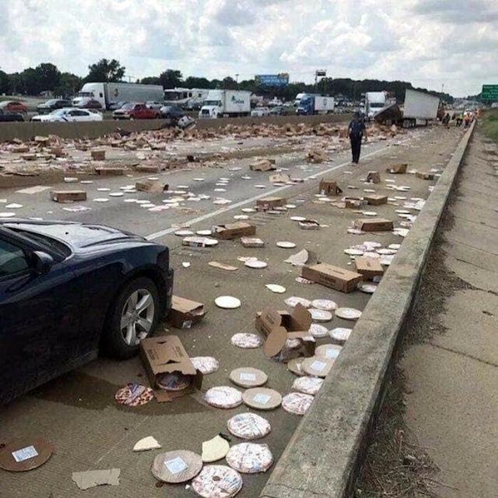 Обычно пицца на дороге не валяется, но сегодня... | Фото: Megalife.
