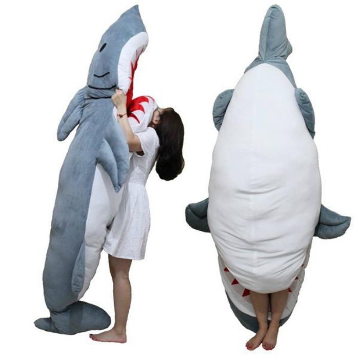 Спальный мешок в виде акулы.