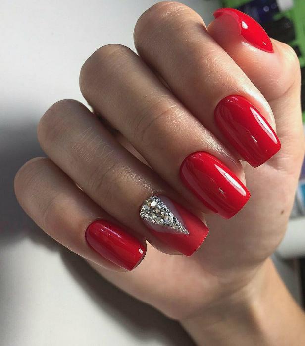 Ногти, покрытые красным лаком.