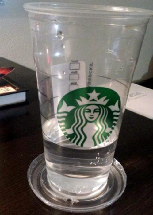 Пластиковые крышки стаканов.