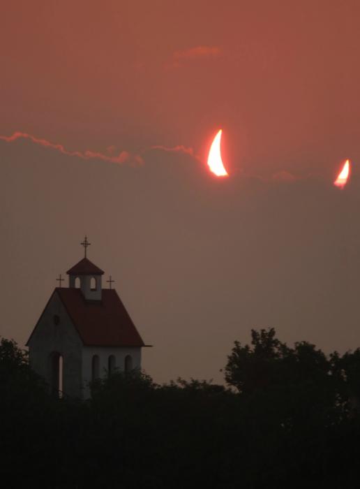 Дьявольские рожки над церковью.