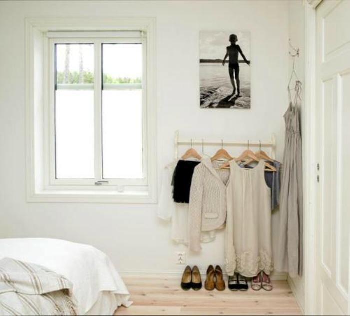 Мини-гардеробная за дверью.