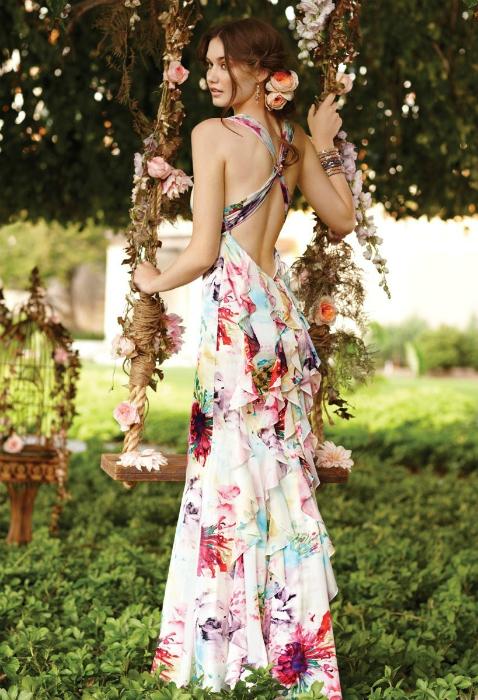 Изысканное платье с флористическим принтом.