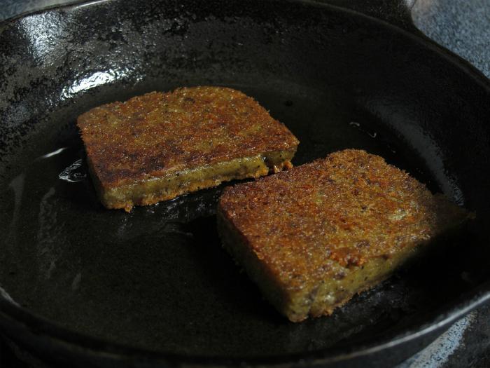 Жареная смесь свиной требухи с кукурузной мукой и специями.
