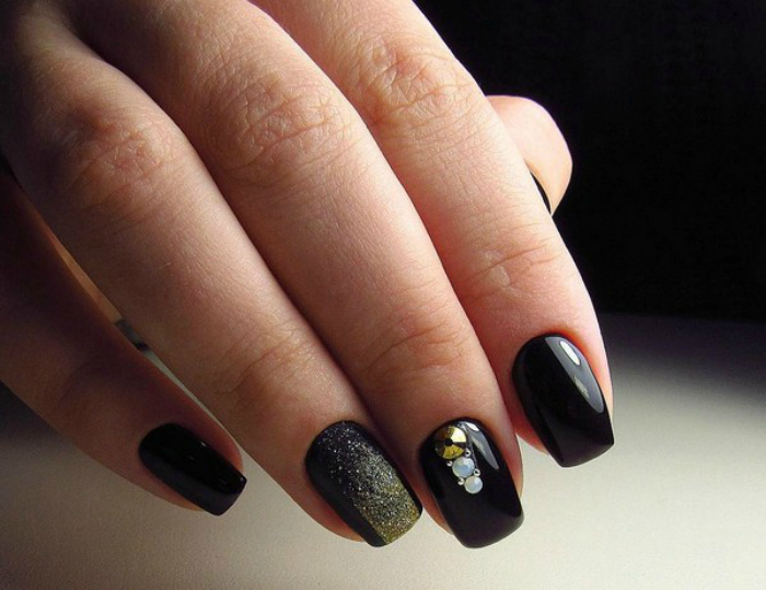 Черное покрытие с растяжкой блесток.